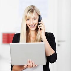 geschäftsfrau mit telefon und laptop