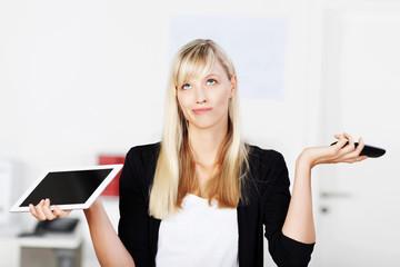 genervte frau im büro mit tablet und telefon
