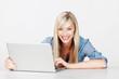 lächelnde frau arbeitet am laptop