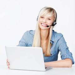 lächelnde frau mit headset und notebook