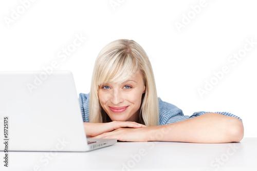 schöne blonde frau am laptop