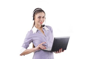девушука в наушниках с ноутбуком