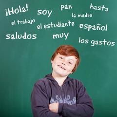 kleiner junge spricht spanisch