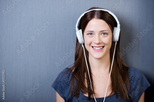 lachende junge frau mit kopfhörern