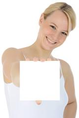 Junge Frau hält quadratisches Schild