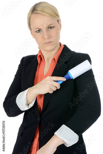 Junge Frau mit Fusselrolle