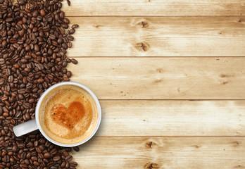 Kaffeetasse auf Holz mit Herz