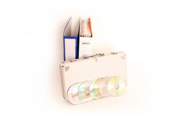 Ordner, CD's und Geldkoffer