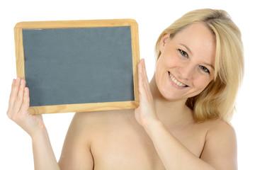 Freundliche junge Frau hält leere Tafel