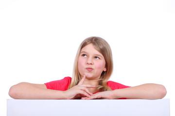 Mädchen überlegt über leerem Plakat - girl over empty poster