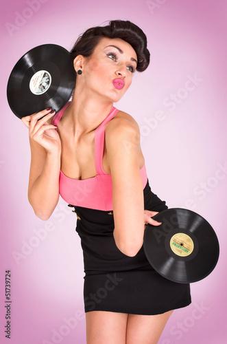 Frau mit Schallplatten in den Händen