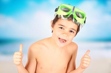 bambino felice sulla spiaggia