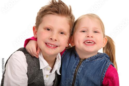 lächelndes Geschwisterpaar
