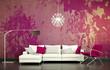 Sofa vor lila Wand