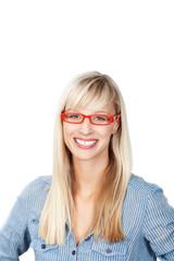 lächelnde frau mit roter brille