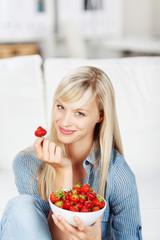 frau genießt erdbeeren