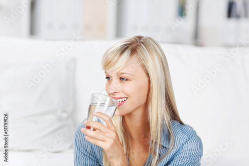canvas print picture frau trinkt mineralwasser