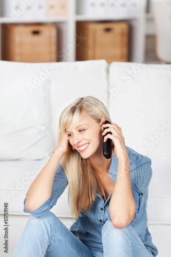 frau telefoniert zu hause