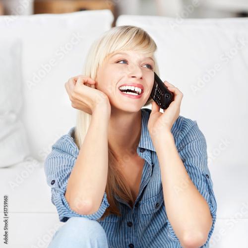 lachende frau am telefon