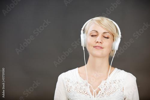 frau hört musik mit geschlossenen augen