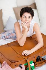 lächelnde frau packt ihren koffer
