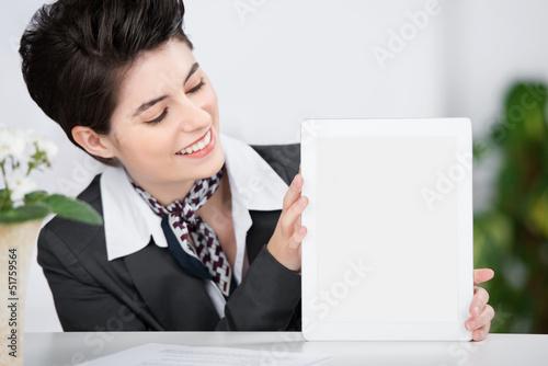 frau an der rezeption zeigt leeres tablet