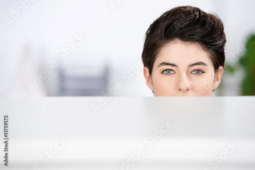 frau versteckt hinter tisch