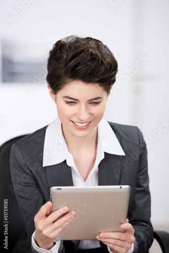 geschäftsfrau informiert sich am tablet