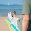 mann mit gipsfuß am strand