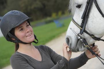 Femme jouant avec son cheval