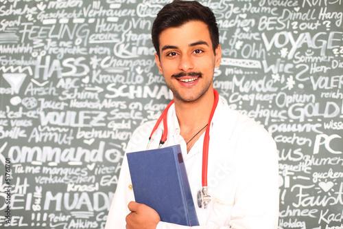 junger Arzt mit Buch
