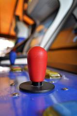 Joystick di un vecchio videogioco in una sala giochi