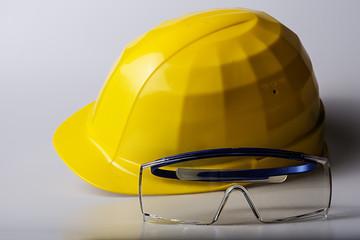 Gelber Helm mit blauer Schutzbrille