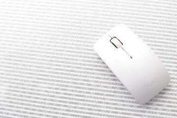 パソコン―バイナリーコードの上のマウス