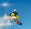 Junger Snowboarder springt
