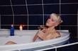 Junge Frau entspannt im Bad