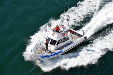 Lancha de los guardias forestales navegando