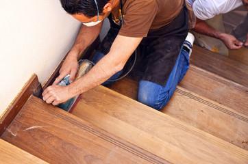 Carpintero trabajando con lijadora eléctrica