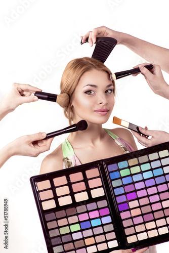 руки делают макияж девушке