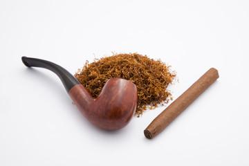 pipa, sigaro e tabacco su sfondo bianco