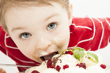 Kind isst Eis