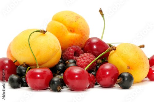 owoce samodzielnie na białym tle