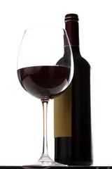 Copa de vino tinto y botella