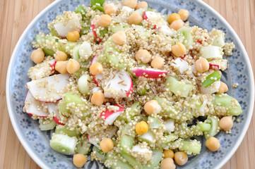 Quinoa Salat mit Kichererbsen, Radieschen und Gurke
