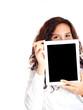 mädchen mit tablet pc in der hand
