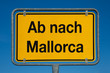 Ortsschild mit blauem Himmel AB NACH MALLORCA