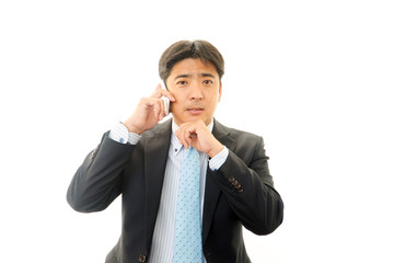スマートフォンで会話をするビジネスマン