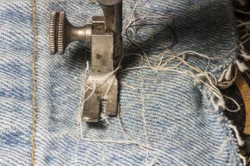 Antike Nähmaschine auf Jeansstoff