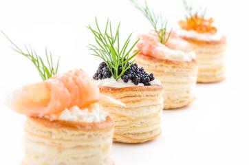 Blätterteigpasteten mit Lachs, Kaviar und Garnelen