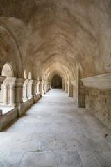 Allée et voûte dans le cloître de l'abbaye de Fontenaye